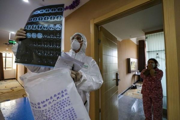 """Chuyên gia tiết lộ """"mẹo"""" tránh lây nhiễm virus corona trong thang máy, ô tô"""