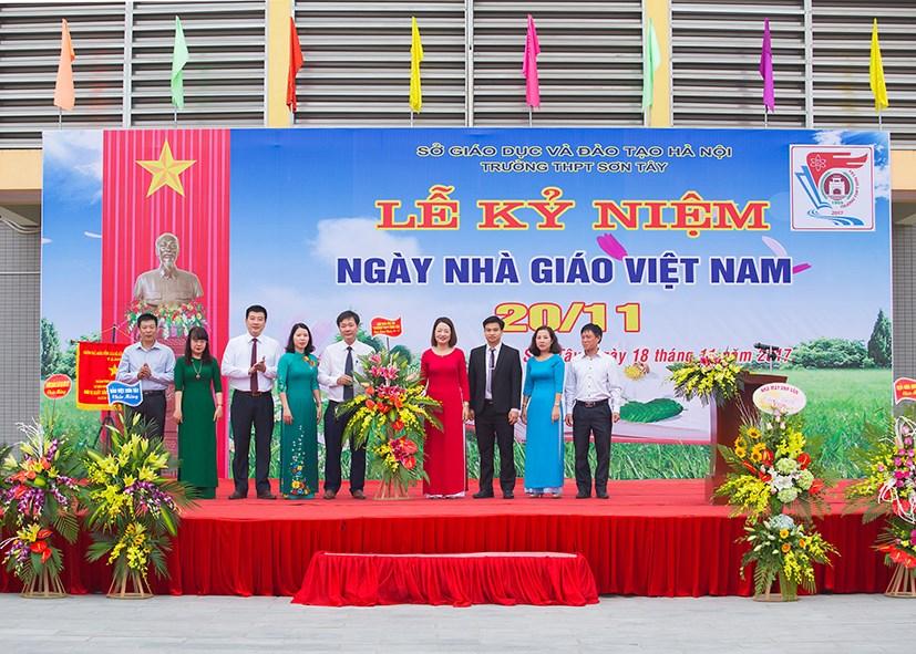 """<a href=""""/tin-tuc/truong-thpt-son-tay-long-trong-to-chuc-le-ky-niem-ngay-nha-giao-viet-nam-201120/ct/985/6540"""">Trường THPT Sơn Tây long trọng tổ chức Lễ kỷ<span class=bacham>...</span></a>"""