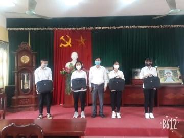 Trường THPT Tân Dân tổ chức trao máy tính cho học sinh có hoàn cảnh khó khăn.