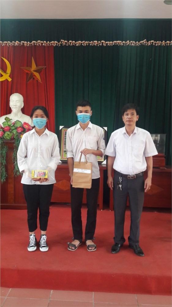 Trường THPT Tân Dân tổ chức trao tặng điện thoại cho học sinh có hoàn cảnh đặc biệt khó khăn chịu ảnh hưởng của dịch bệnh Covid-19