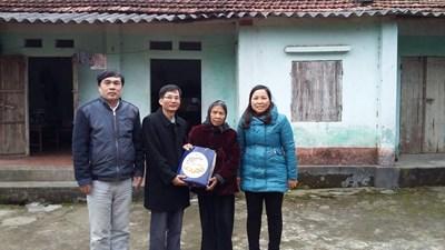 Thăm và tặng quà tết gia đình học sinh có hoàn cảnh khó khăn 2016