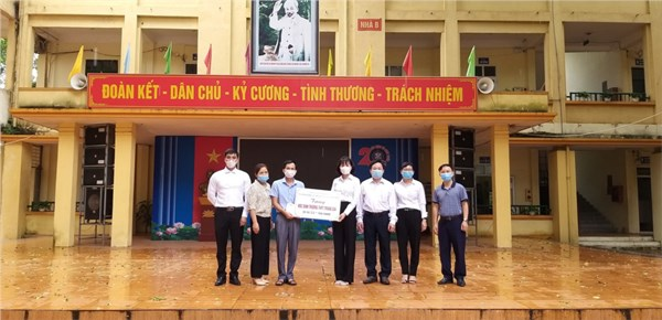 Công ty Luật Đại La và Chi Hội phụ nữ Đoàn Luật sư Thành phố Hà Nội tặng quà học sinh nghèo vượt khó, học giỏi