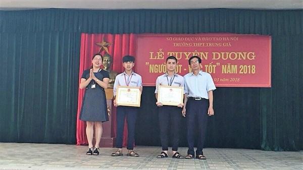 Học sinh được tặng danh hiệu Người tốt việc tốt từ Chủ tịch UBND huyện Sóc Sơn